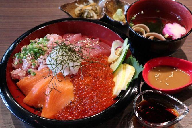キングフィッシュ 昼間に出す海鮮丼が人気 福岡市中央区