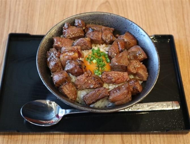 元祖博多エミュー 黄身の赤身 珍しいエミューの料理を 福岡市中央区