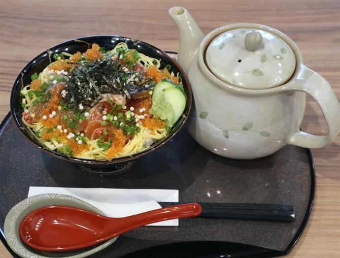 どんぶり酒場 どんどん 豊富なねたが入る海鮮丼 福岡市中央区